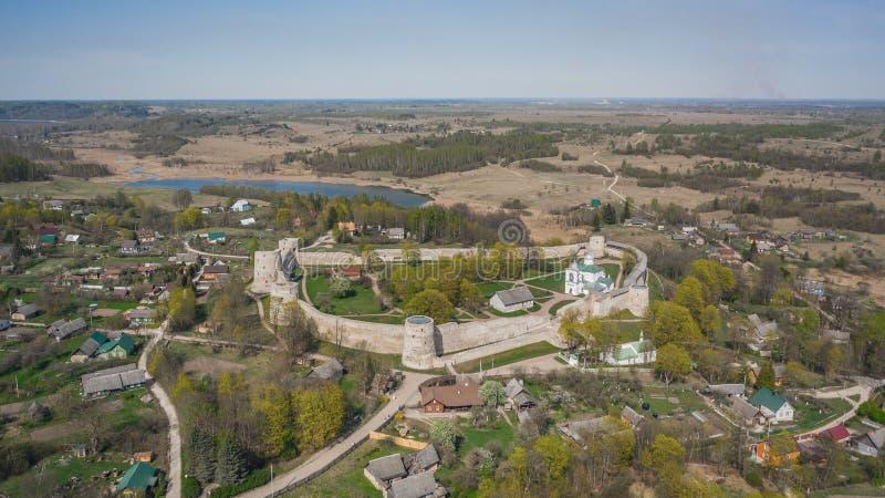 Vista aérea de la fortaleza de Izborsk fotos de archivo