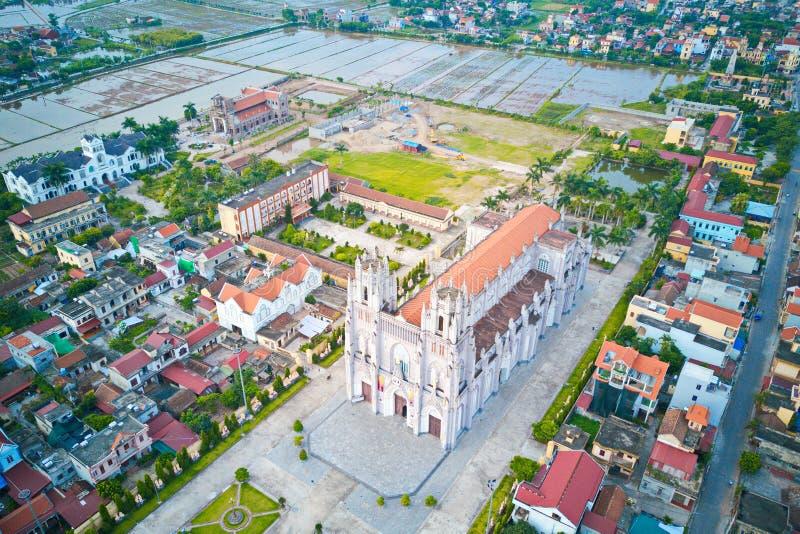Vista aérea de la iglesia católica de Phu Nhai, una vez que la iglesia más grande de los centenares de Indochina hace de años imagenes de archivo