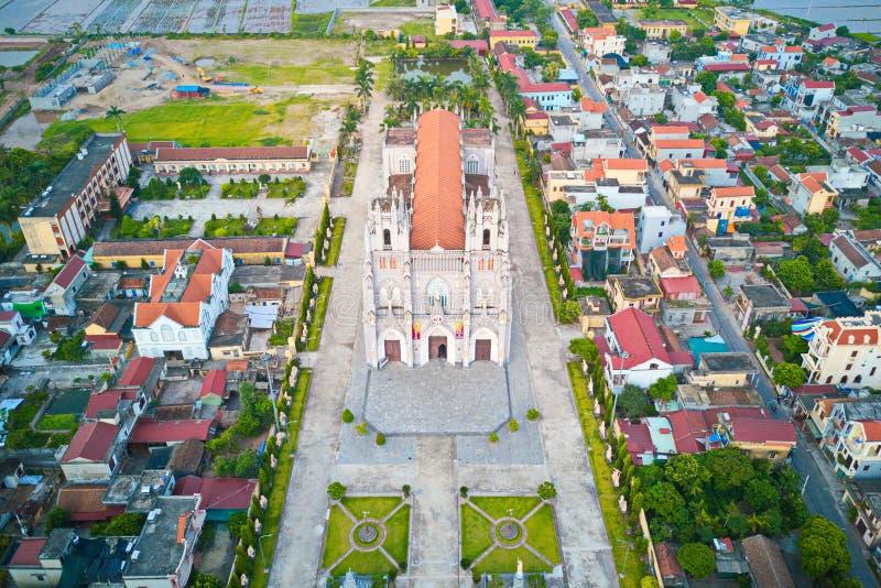 Vista aérea de la iglesia católica de Phu Nhai, una vez que la iglesia más grande de los centenares de Indochina hace de años foto de archivo