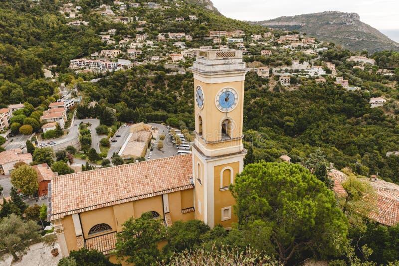 vista aérea de la iglesia con el campanario y del reloj en la pequeña ciudad europea en las colinas, imagenes de archivo