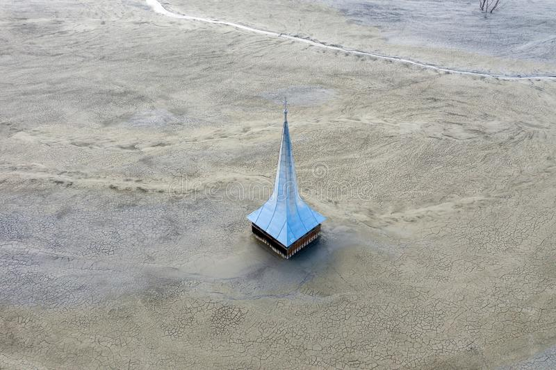Vista aérea de la iglesia inundada y abandonada fotografía de archivo libre de regalías