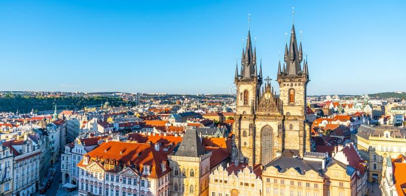 Vista aérea de la Iglesia de Nuestra Señora antes de Tyn en la Plaza de la Ciudad Vieja, Praga, República Checa fotografía de archivo libre de regalías