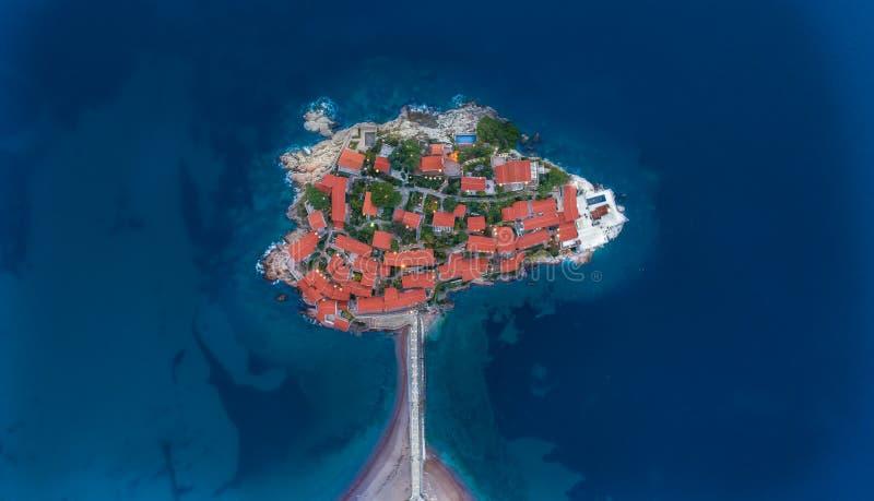 Vista aérea de la isla Budva de Stefan del sveti imágenes de archivo libres de regalías