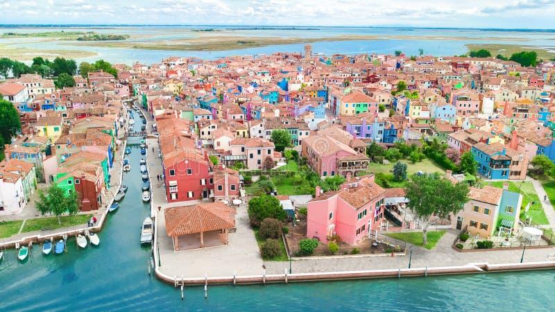 Vista aérea de la isla colorida de Burano en el mar veneciano de la laguna desde arriba, Italia fotografía de archivo libre de regalías