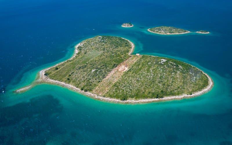 Vista aérea de la isla en forma de corazón de Galesnjak en el archipiélago de Zadar Región de Dalmacia de Croacia foto de archivo