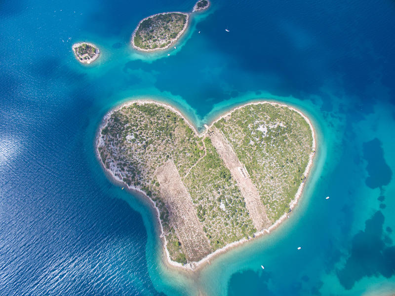 Vista aérea de la isla en forma de corazón de Galesnjak en la costa adriática imágenes de archivo libres de regalías