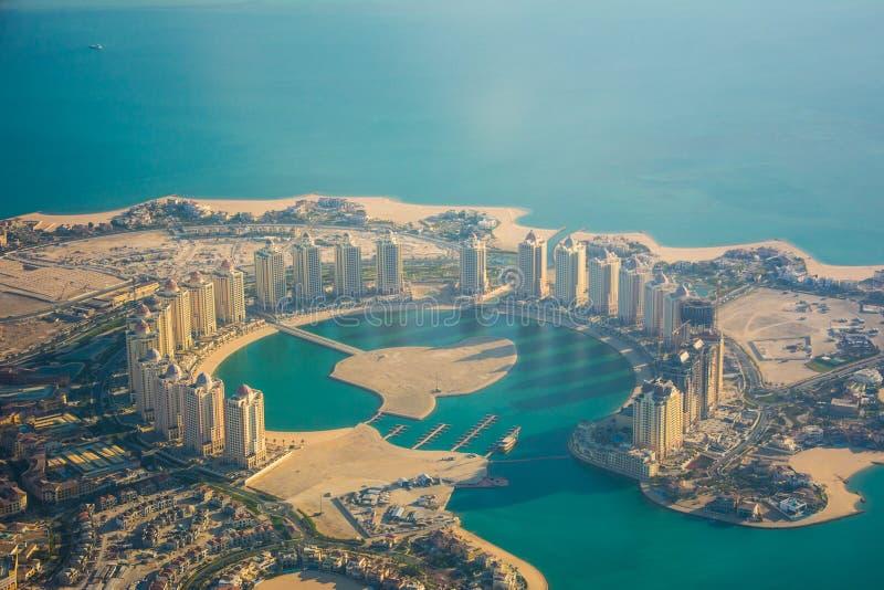 Vista aérea de la isla de Perla-Qatar en Doha en la mañana imágenes de archivo libres de regalías
