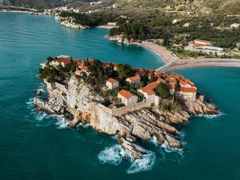 Vista aérea de la isla de Sveti Stefan en Budva en un summe hermoso imágenes de archivo libres de regalías
