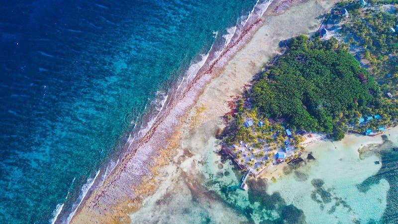 Vista aérea de la isla tropical en el atolón del filón del guantero en Belice fotos de archivo