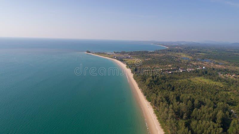 Vista aérea de la isla tropical hermosa con la playa arenosa imagen de archivo