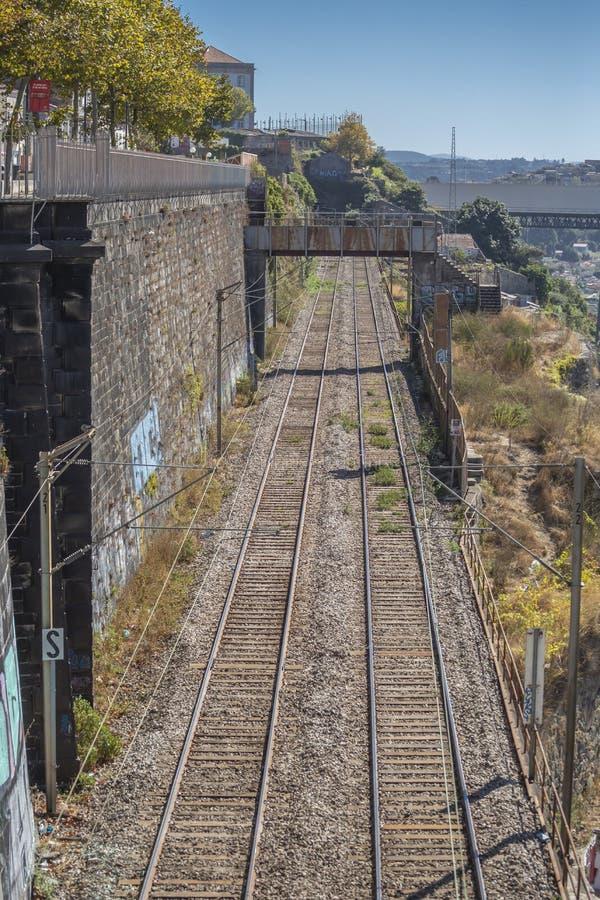 Vista aérea de la línea ferroviaria tren, en la ciudad de Oporto foto de archivo