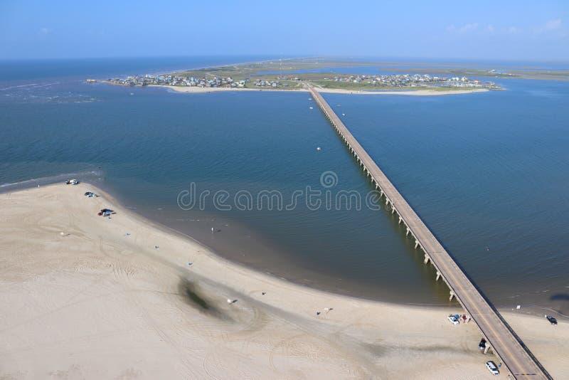 Vista aérea de la línea de la playa meridional de Tejas, isla de Galveston hacia San Luis Pass, los Estados Unidos de América fotos de archivo