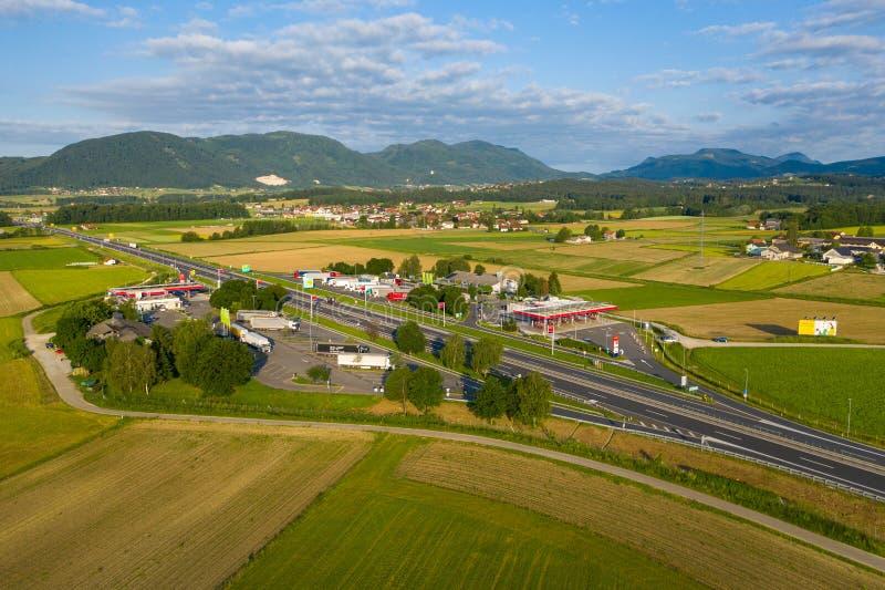 Vista aérea de la parada de camiones en la carretera en Eslovenia, zona de descanso de Tepanje con la gasolinera fotografía de archivo libre de regalías