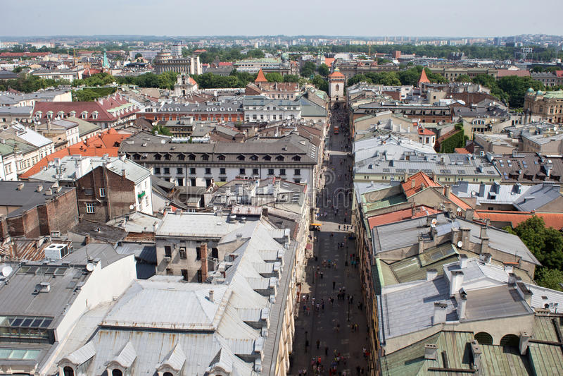 Vista aérea de la parte del noroeste de la Kraków con la calle histórica vieja de Florianska y la puerta medieval de Florian fotos de archivo
