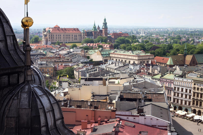 Vista aérea de la parte del sur de la Kraków con el castillo de Wawel fotografía de archivo