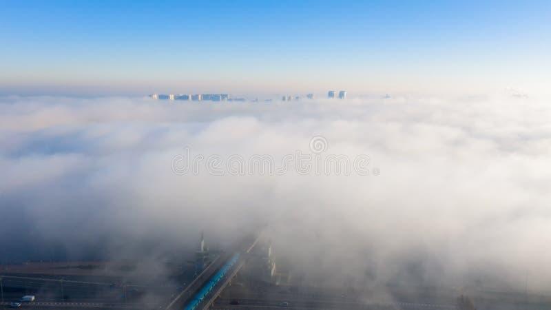 Vista aérea de la patria del monumento, cubierta en niebla gruesa en el amanecer, Kiev, Ucrania El concepto del apocalíptico fotos de archivo libres de regalías
