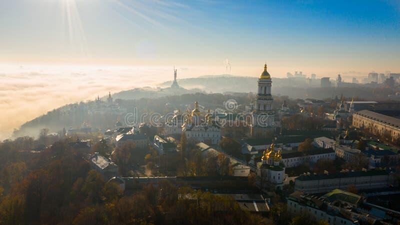 Vista aérea de la patria del monumento, cubierta en niebla gruesa en el amanecer, Kiev, Ucrania El concepto del apocalíptico foto de archivo