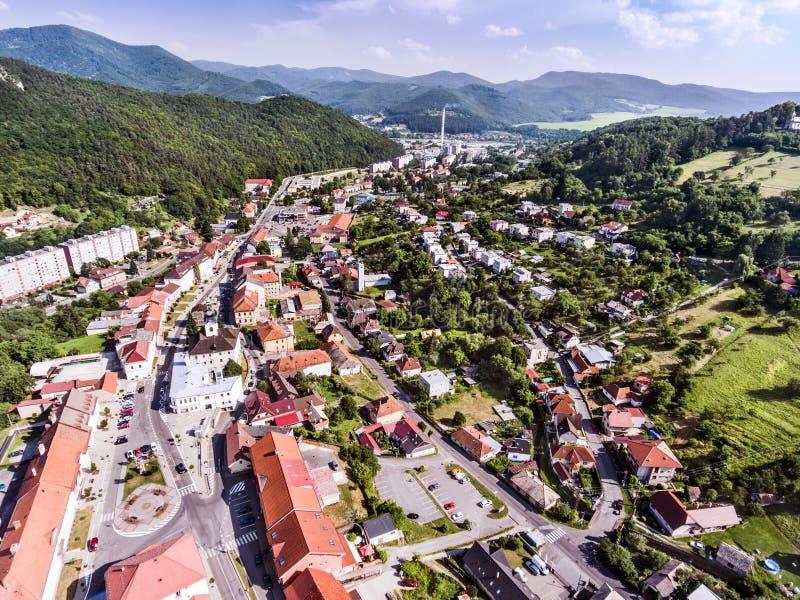Vista aérea de la pequeña ciudad con las colinas, Eslovaquia foto de archivo libre de regalías