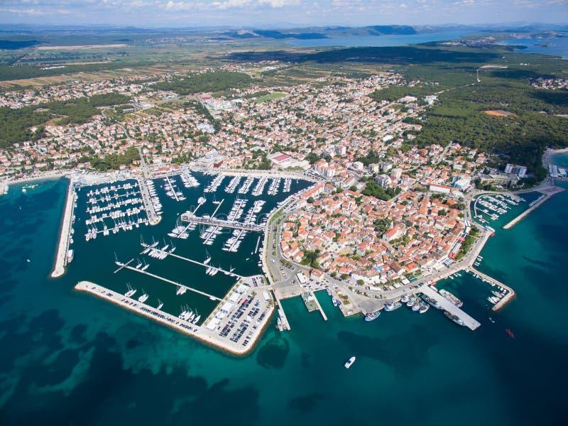 Vista aérea de la pequeña ciudad en la costa adriática, moru del na de Biograd imagenes de archivo