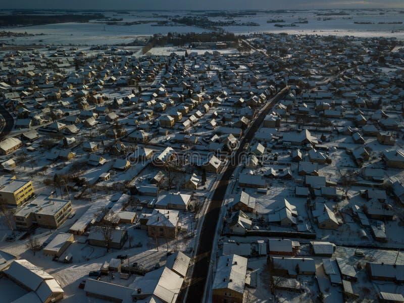 Vista aérea de la pequeña ciudad en Lituania, Joniskis Día de invierno soleado imagenes de archivo