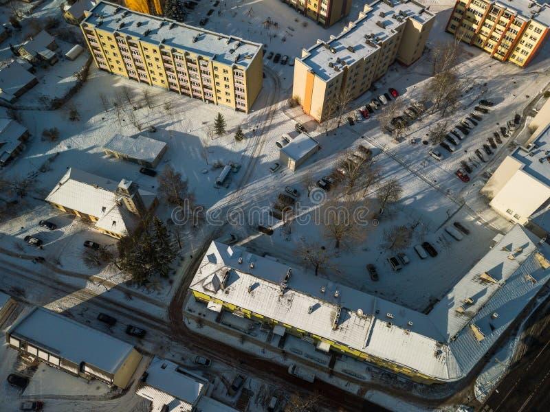 Vista aérea de la pequeña ciudad en Lituania, Joniskis Día de invierno soleado foto de archivo