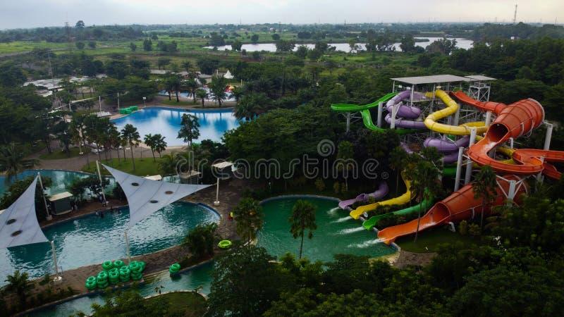 Vista aérea de la piscina al aire libre de la ciudad Drone Shot mira una piscina azul en Bekasi - Indonesia foto de archivo
