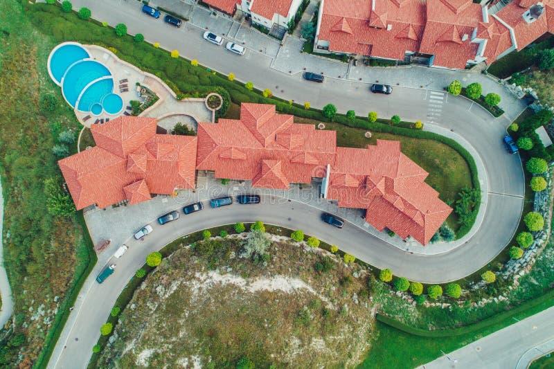 Vista aérea de la piscina y del jardín verde en el r hermoso imágenes de archivo libres de regalías