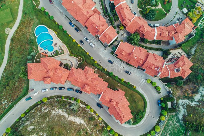 Vista aérea de la piscina y del jardín verde en el r hermoso foto de archivo