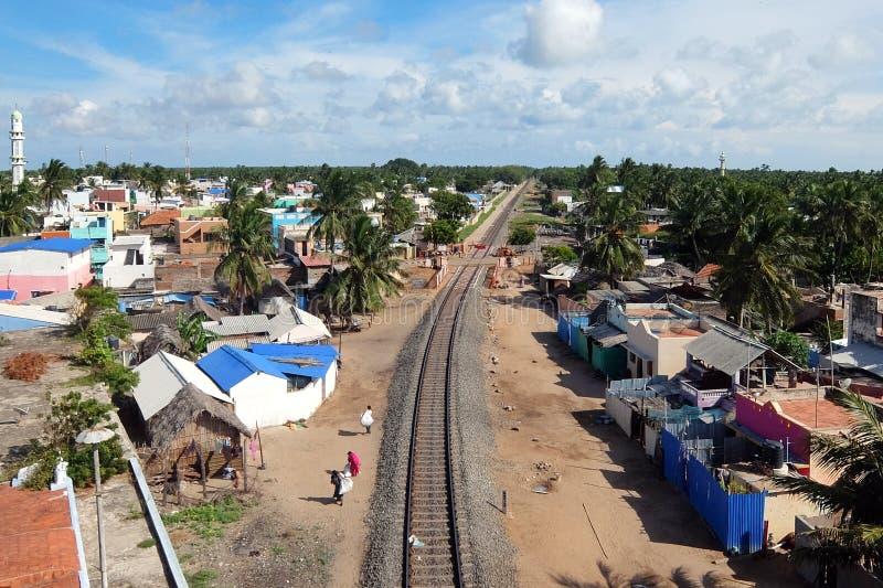 Vista aérea de la pista ferroviaria en el pueblo de Pamban, Rameshwaram, la India fotos de archivo libres de regalías
