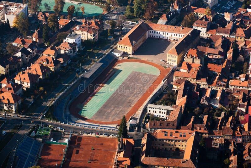 Vista aérea de la pista y de la arena de la High School secundaria foto de archivo libre de regalías