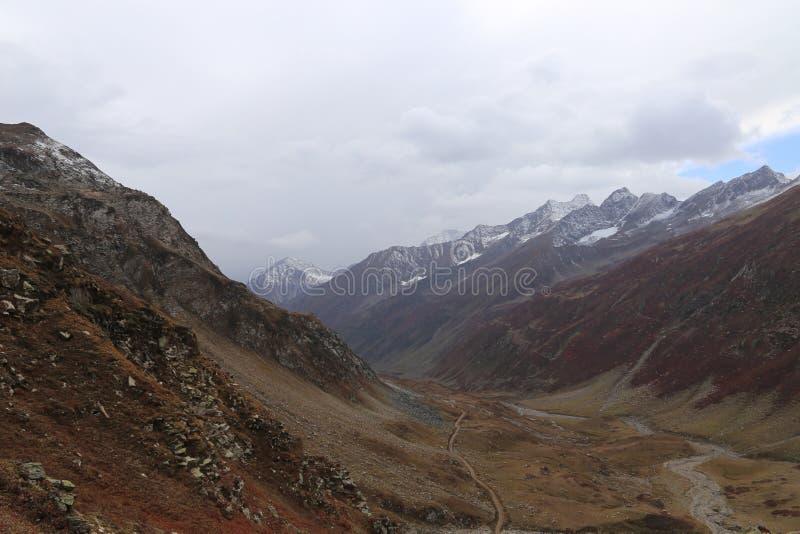 Vista aérea de la pista y del lago hermosos que pasan a través entre las montañas foto de archivo libre de regalías