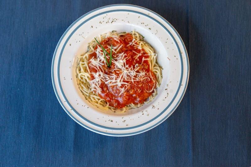Vista aérea de la placa blanca de los espaguetis boloñés con la salsa, la carne y el queso de tomate fotos de archivo