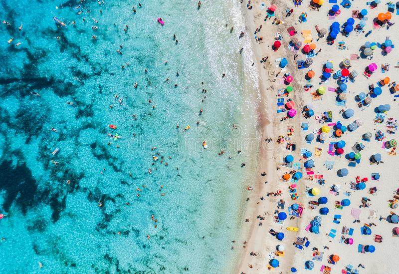 Vista aérea de la playa arenosa con los paraguas y el mar imagen de archivo libre de regalías