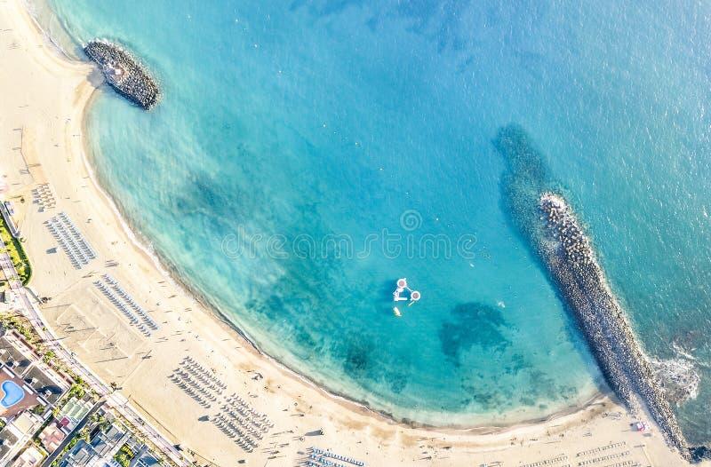 Vista aérea de la playa de la bahía del Los Cristianos en Tenerife foto de archivo