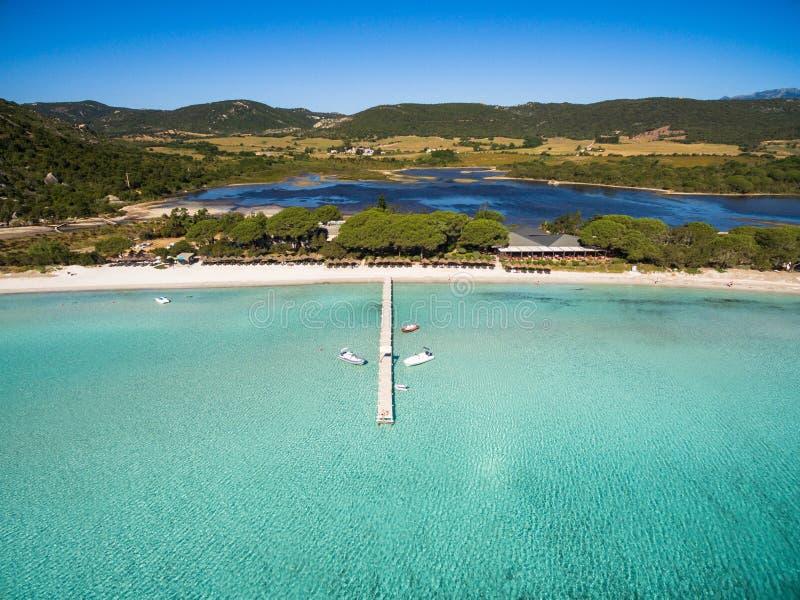 Vista aérea de la playa de Santa Giulia en la isla de Córcega en Francia imagenes de archivo