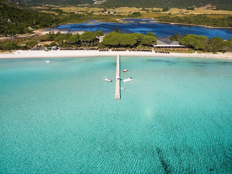 Vista aérea de la playa de Santa Giulia en la isla de Córcega en Francia imagen de archivo