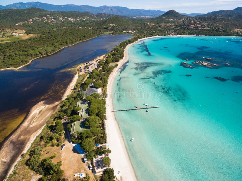 Vista aérea de la playa de Santa Giulia en la isla de Córcega en Francia imagen de archivo libre de regalías