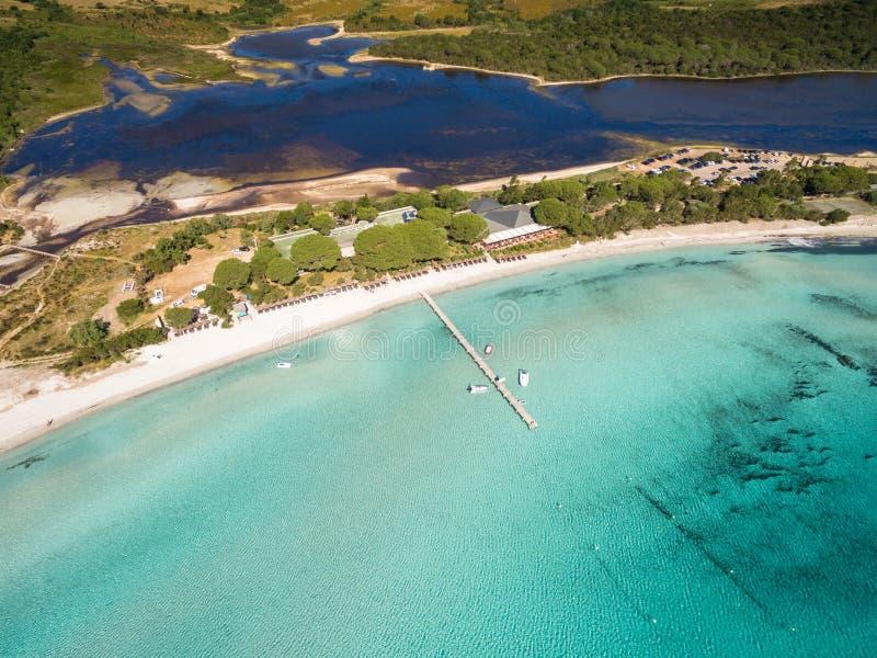 Vista aérea de la playa de Santa Giulia en la isla de Córcega en Francia fotografía de archivo libre de regalías