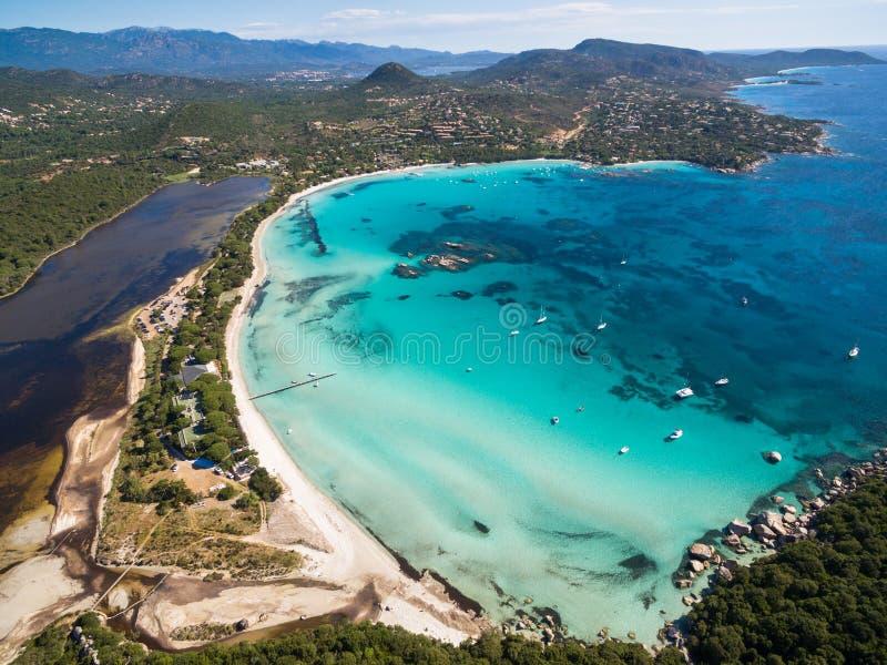 Vista aérea de la playa de Santa Giulia en la isla de Córcega en Francia imágenes de archivo libres de regalías