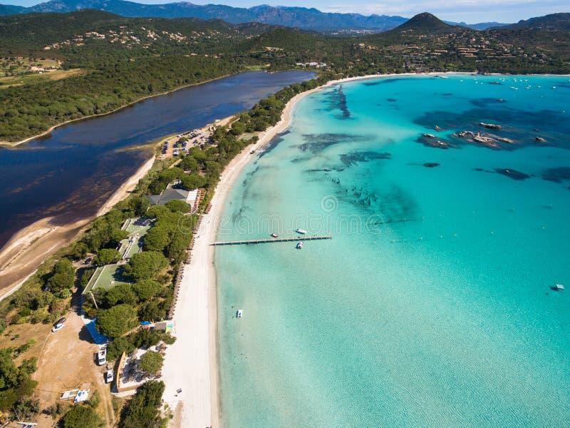 Vista aérea de la playa de Santa Giulia en la isla de Córcega en Francia fotos de archivo libres de regalías