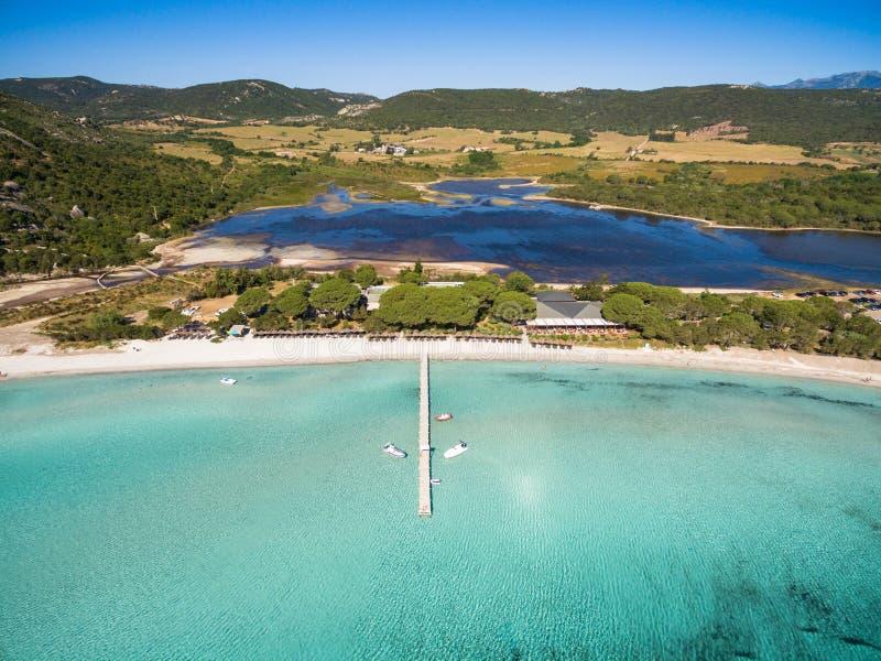 Vista aérea de la playa de Santa Giulia en la isla de Córcega en Francia fotografía de archivo