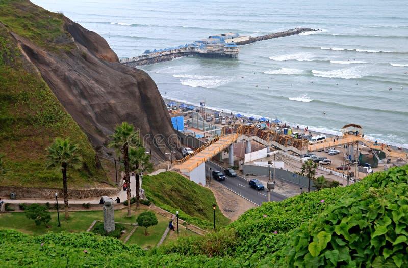 Vista aérea de la playa en la Costa del Pacífico, Lima, Perú de Miraflores el 18 de mayo de 2018 imagen de archivo libre de regalías
