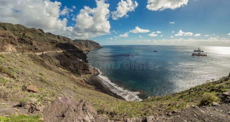 Vista aérea de la Playa de las Gaviotas y de la costa noreste de Tenerife. Altos acantilados, arena negra volcánica. Día cálid fotografía de archivo