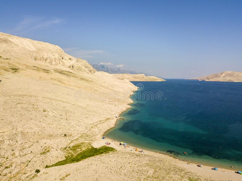 Vista aérea de la playa de Rucica en la isla del Pag, Metajna, Croacia Fondo del mar y playa vistos desde arriba, bañistas, relaj imagen de archivo libre de regalías