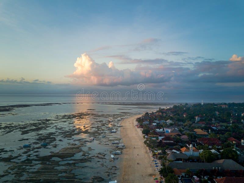 Vista aérea de la playa tropical imagen de archivo libre de regalías