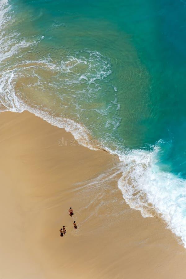Vista aérea de la playa tropical abstracta con agua de la turquesa imagen de archivo