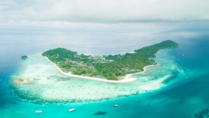 Vista aérea de la playa tropical hermosa en Satun, Tailandia Lipe fotografía de archivo libre de regalías