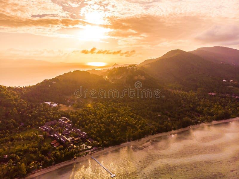 Vista aérea de la playa y del mar tropicales hermosos en la isla fotos de archivo libres de regalías