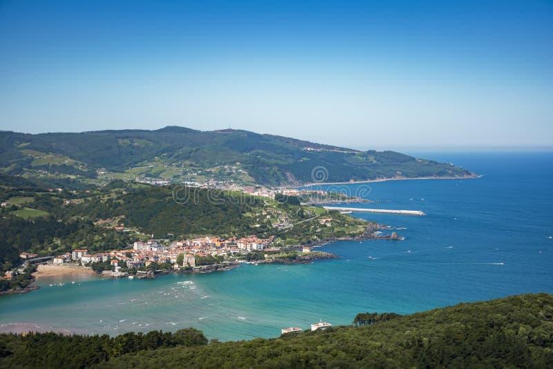 Vista aérea de la playa y del pueblo de Mundaka, país vasco, España de Laida foto de archivo libre de regalías
