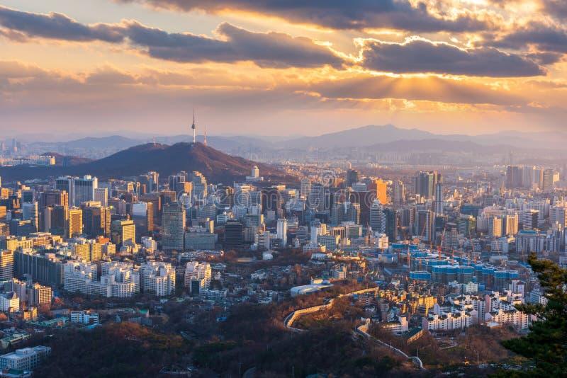 Vista aérea de la puesta del sol en el horizonte de la ciudad de Seúl, Corea del Sur fotos de archivo libres de regalías